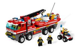 Пожарная машина-кран с пожарной лодкой